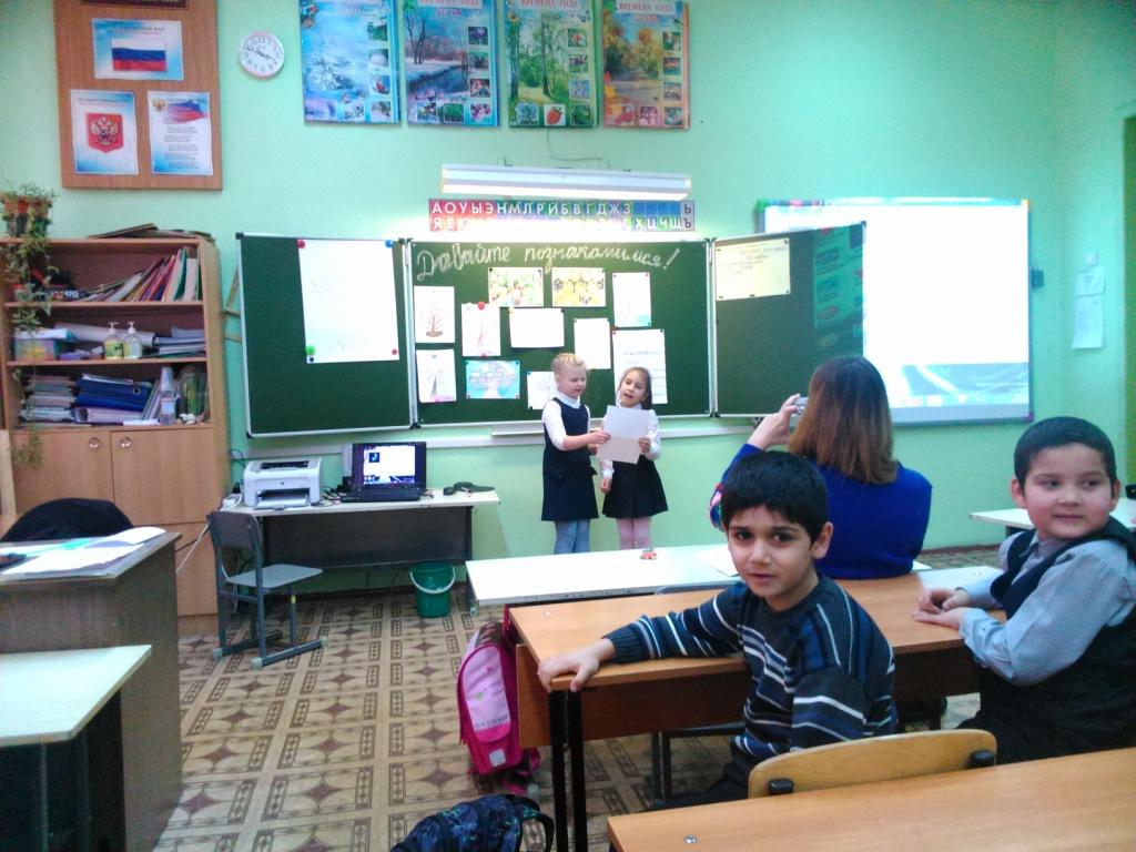 """Ученицы 1 класса Плюсова Маргарита и Касилова Ангелина исполняют песню """"Прадедушка"""""""